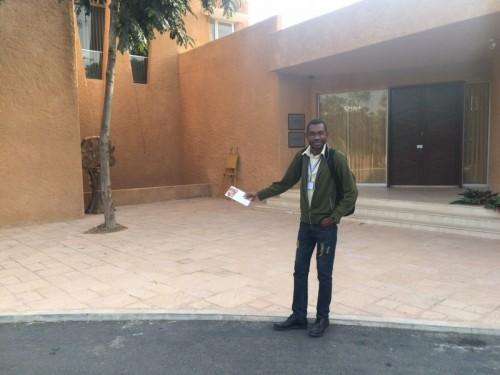 Devant la maison de Lépold Sédar Senghor